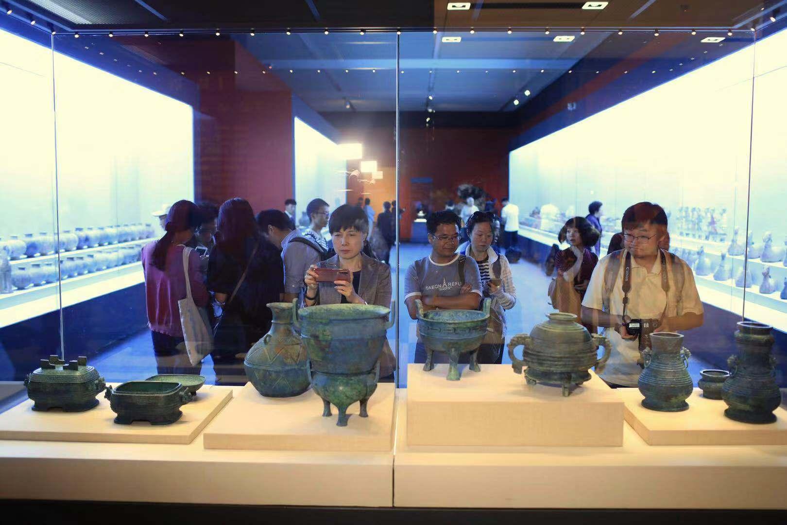 今年8月从日本归国的曾伯克父青铜组器首次亮相此次展览,这是我国从国外拍卖市场抢救回的又一组重要流失文物。摄影/新京报记者 浦峰