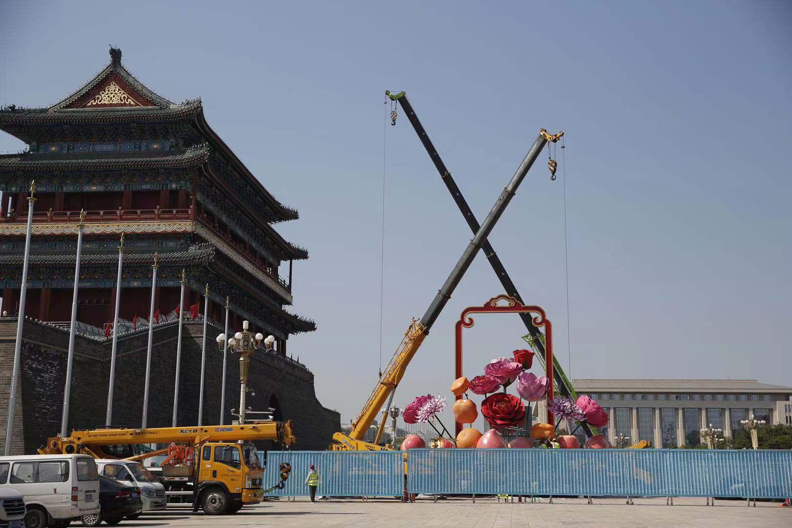 今日上午,天安门广场国庆巨型花篮主体初见雏形。摄影/新京报记者 侯少卿