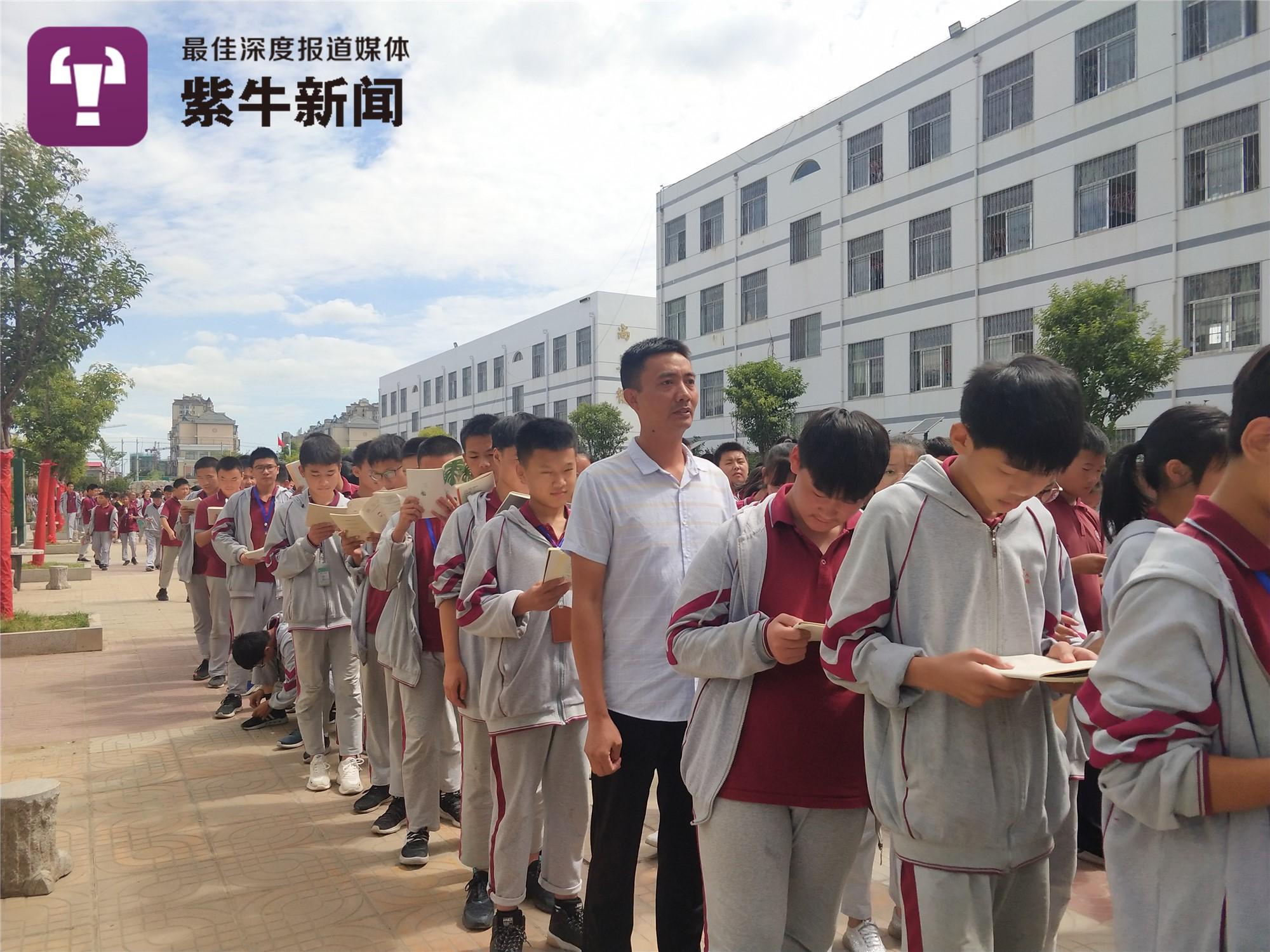 """【紫牛头条】每天背着14岁儿子上学,""""24小时贴身老爸""""成校园""""红人"""""""