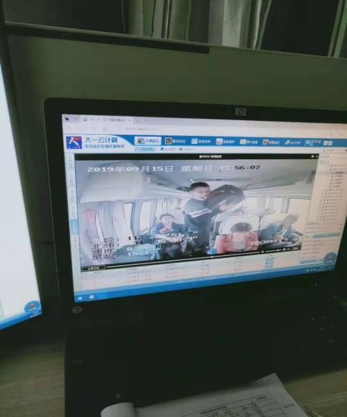 河南省栾川县公安局民警竭力帮助外地乘客找回箱包