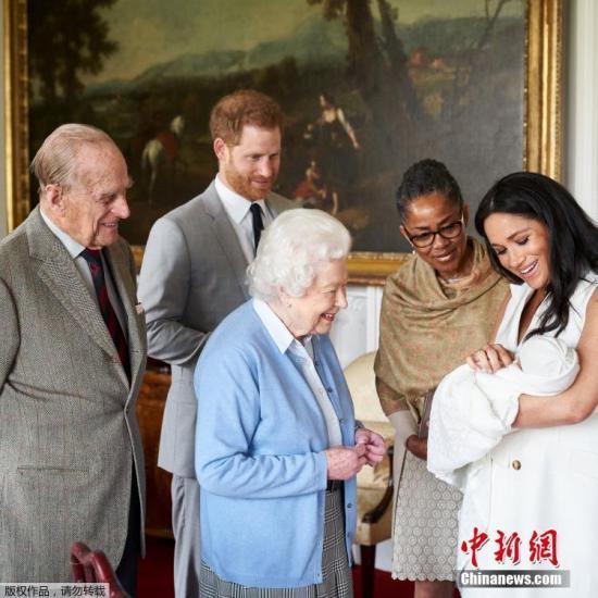 当地时间2019年5月8日,英国温莎,当天下午,英女王伊丽莎白二世在温莎城堡看望自己的曾孙。