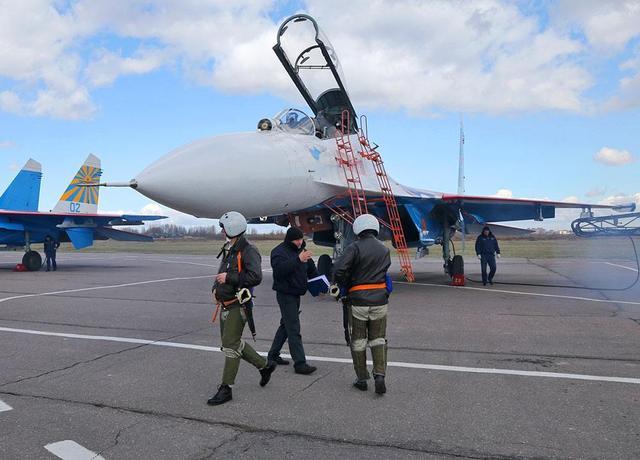 套路太深!俄飞行表演队快速换装苏-35,意在为市场销售造足声势
