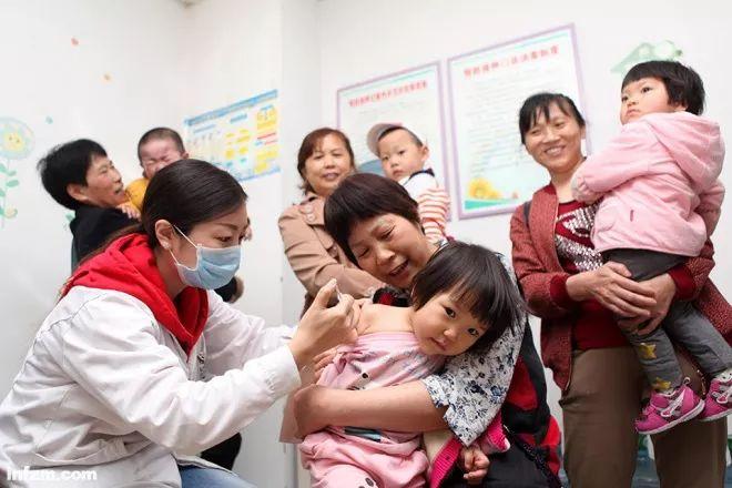 ▲2018年4月25日,全国预防接种日,重庆,正在接种疫苗的儿童。(视觉中国/图)