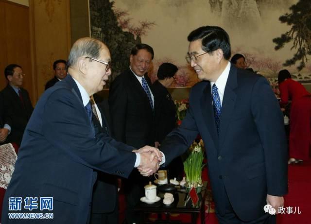 资料图:2003年1月26日,中共中央在北京中南海召开党外人士迎春座谈会。胡锦涛同志和孙孚凌同志亲切握手。