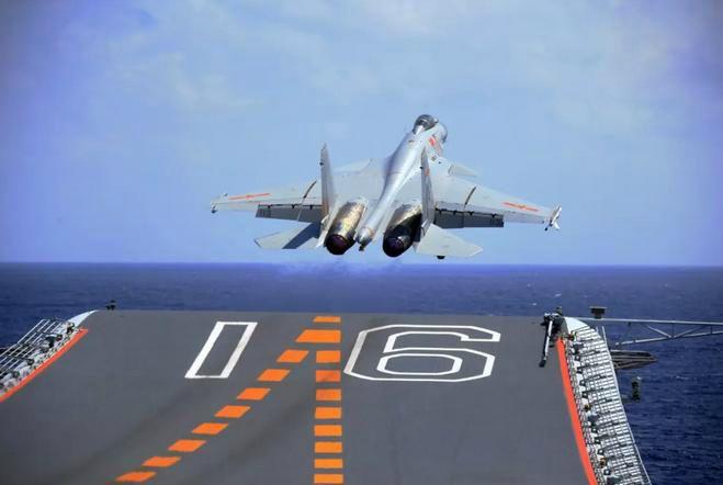 ▲歼-15舰载机在辽宁舰上滑跃起飞。(《解放军报》)