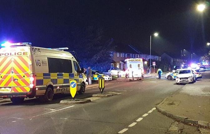 英国学校附近汽车冲撞人群1死5伤