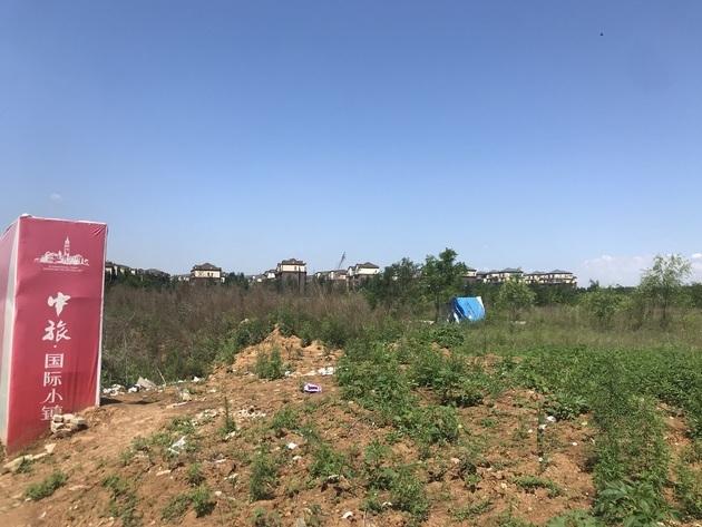 中旅国际小镇已开发项目外围的大片荒地一角 每经记者 李少婷 摄