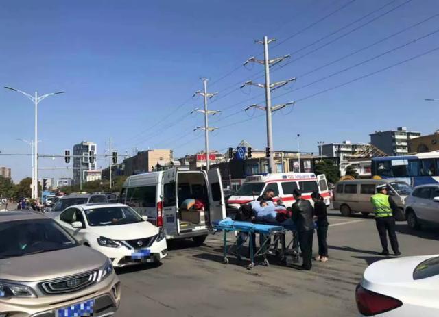 南昌:今天中午!2辆救护车与1辆小车相撞,车上病人被转运