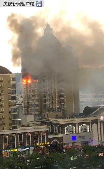 杭州一高层住宅楼发生火灾 消防紧急救出6人