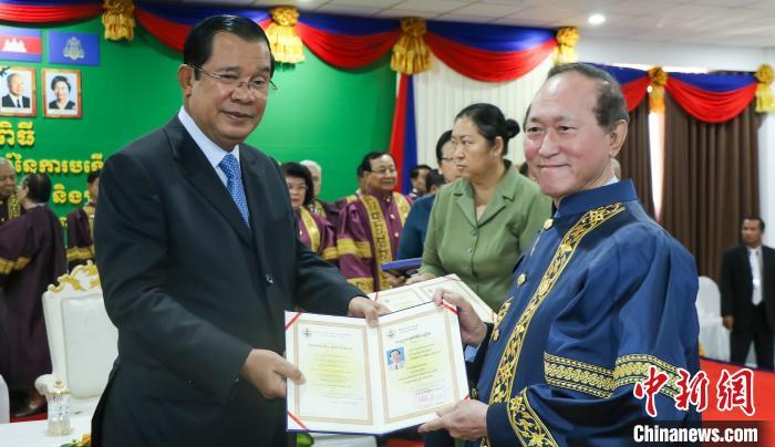 洪森首相向柬埔寨著名侨领方侨生颁授荣誉博士学位证书