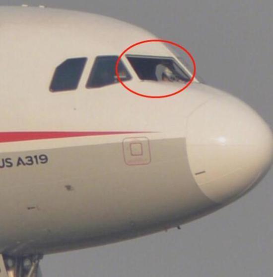 川航航班在9800米高空风挡玻璃爆裂。