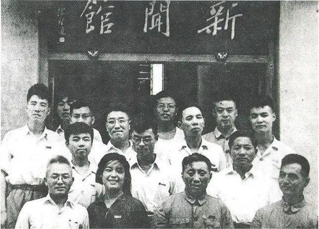 陈望道(第一排右二)在初创的复旦新闻馆门前。
