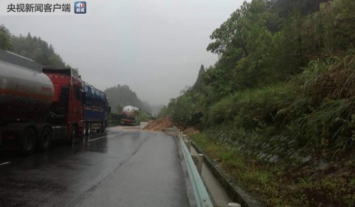 暴雨引发山体滑坡 贵州兰海、厦蓉高速部分路段交通中断