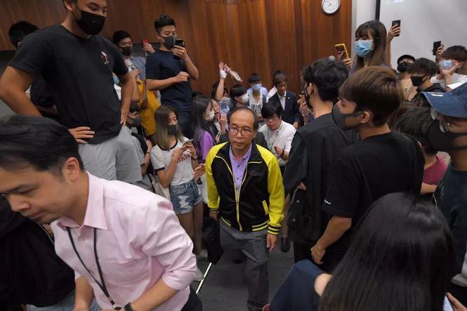 被学生堵骂5小时的香港教师说,