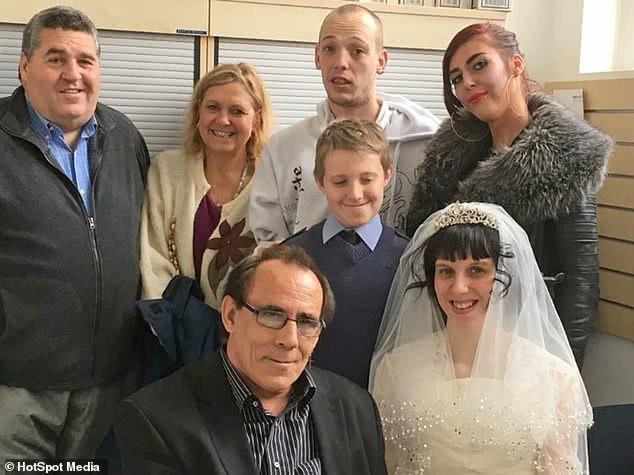 """有7个孩子的63岁英国大爷离婚后娶22岁女子,被当地人骂""""变态"""""""