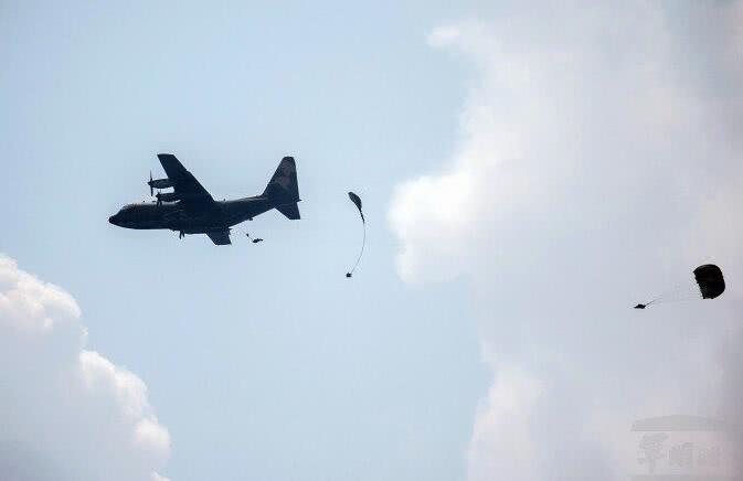 台军空降演习伞兵降落伞未打开 从400米高空坠落(图)肥肠面的做法