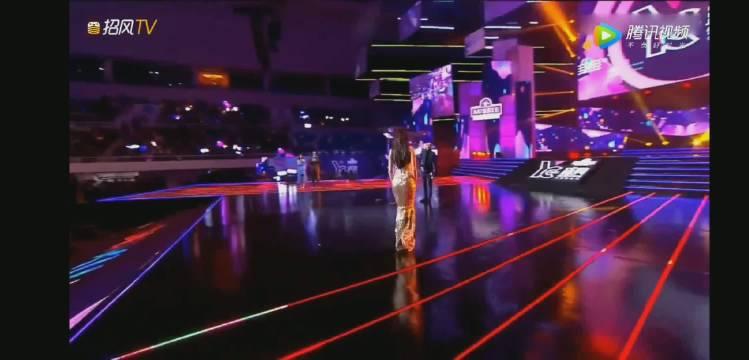 2018年优酷yc盛典,迪丽热巴拿的滑板!看到台下喊她的粉丝