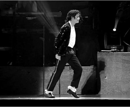 """迈克尔·杰克逊""""太空步""""表演资料图(图片来源于网络)"""