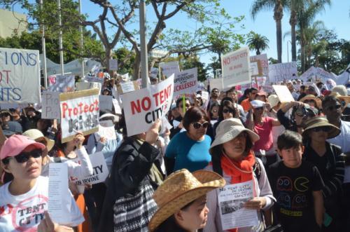 尔湾居民前往橙县委员会陈情抗议。(图片来源:美国《世界日报》记者 王全秀子 摄)