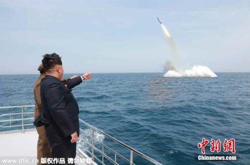 资料图片:朝鲜最高领导人金正恩视察朝鲜新型潜水艇发射弹道导弹。图片来源:东方IC