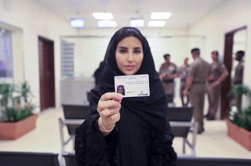 图为一名沙特女性展示新获得的驾照。(美联社)