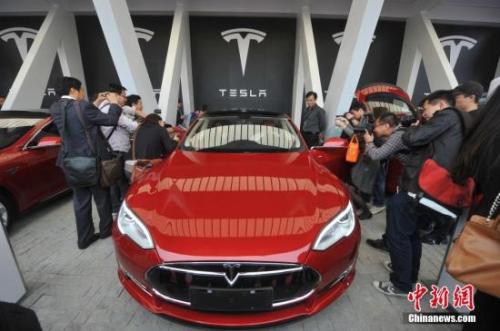 """2014年4月23日,被誉为汽车界""""苹果""""的特斯拉落户上海浦东金桥。张亨伟 摄"""