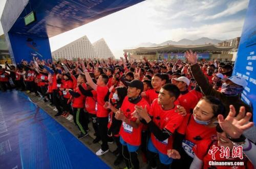 马拉松比赛原料图。中新社记者 何蓬磊 摄