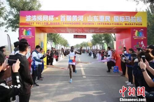 """这场黄河畔的马拉松,美景让肯尼亚选手""""分心"""""""