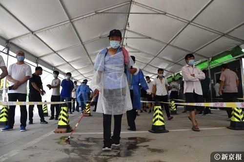 工作人员在现场消毒。摄影/新京报记者吴宁