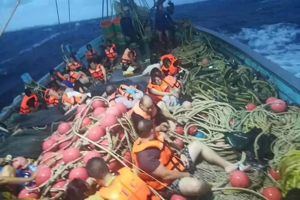 正文  7月5日,在泰国普吉府普吉岛附近海域,翻船事故中游客被救起.
