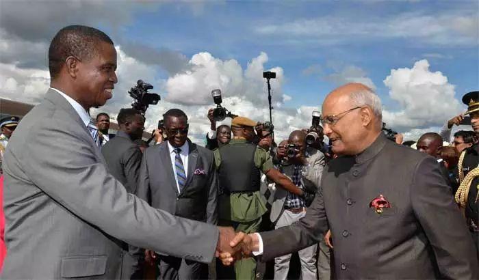 ▲4月10日,赞比亚总统伦古(左)在机场迎接印度总统拉姆·纳特·科温德。(印度报业托拉斯)