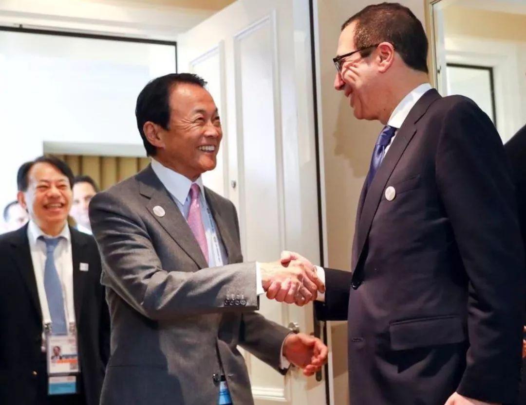 ▲资料图片:日本财务大臣麻生太郎与美国财长姆努钦握手。
