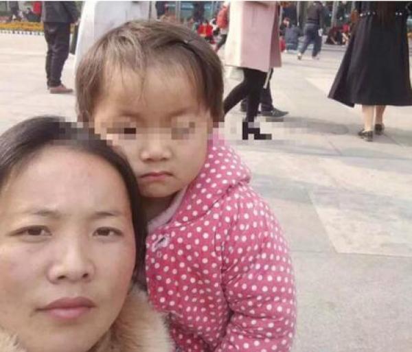 王凤雅与母亲的照片。