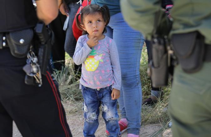 非法入境成年人及其子女在接受检查。(图片来源:赫芬顿邮报)