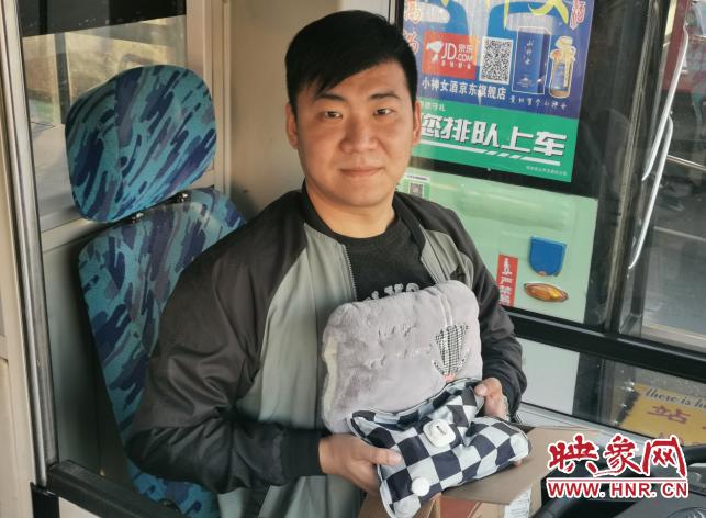 """暖冬又暖心 郑州公交司机收到一份特殊的""""双十一""""礼物"""