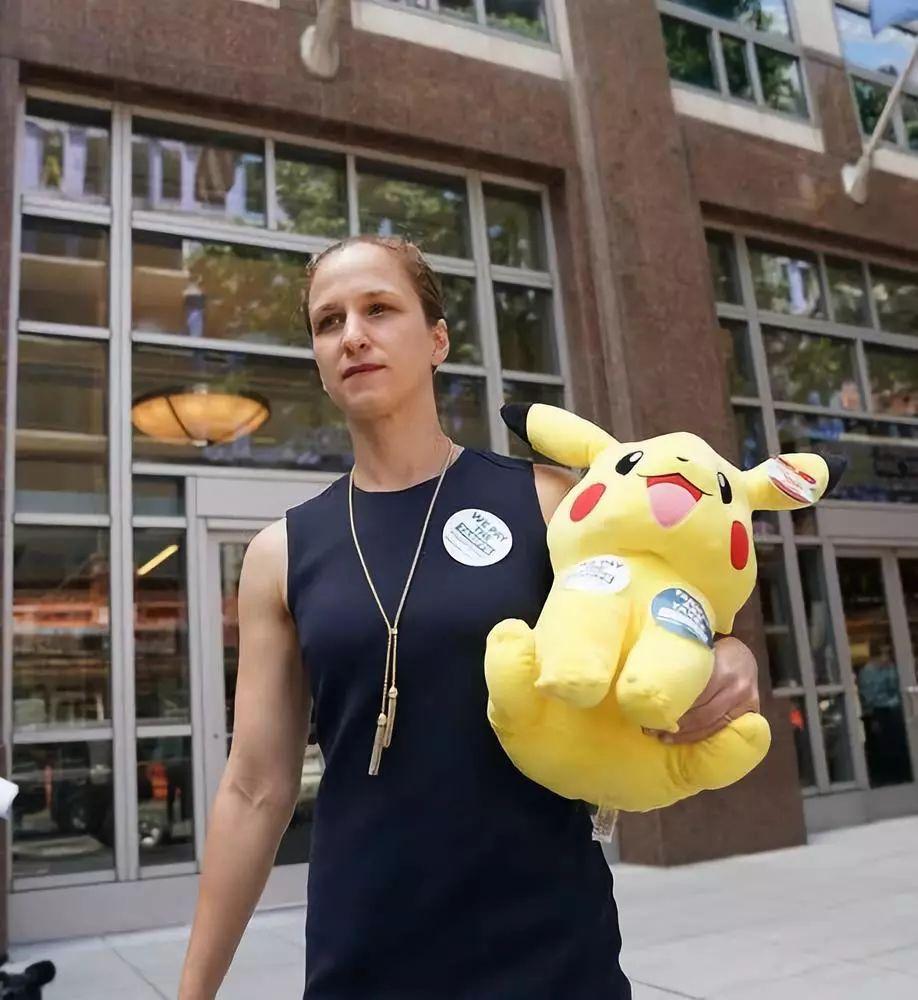 6月17日,在美国华盛顿,美国玩具协会的代表丽贝卡·蒙德拿着一件玩具接受采访,反对加征关税。新华社记者刘杰摄