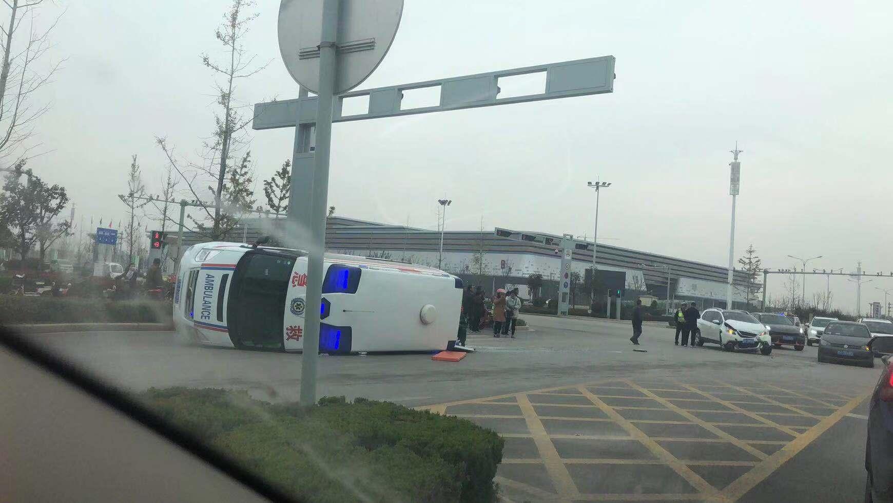 菏泽救护车侧翻,3人受伤送医
