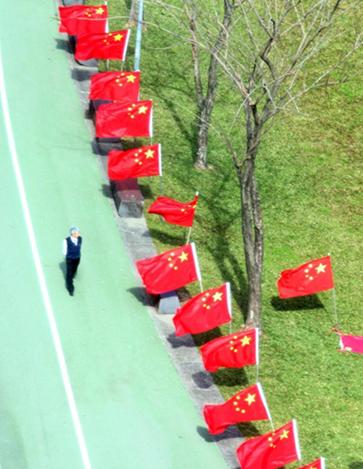 """""""中华爱国同心会""""早前在民进党中央党部前插满五星红旗。(台湾联合新闻网)"""