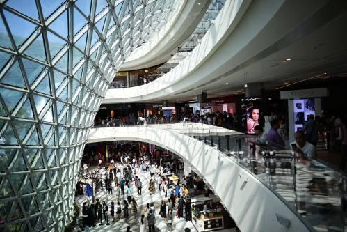 图为顾客在海南三亚海棠湾免税店内游览、购物。新华社