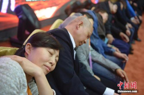 资料图:2018-05-26,山西太原,民众在专业催眠师的引导下睡觉,释放压力。 中新社发 韦亮 摄