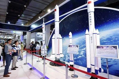 ▲资料图:2017年6月9日,参观者在参观展出的长征系列运载火箭模型。新华社记者 鞠焕宗 摄