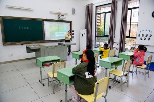2017年11月9日,湖南省常德市特殊教育学校的学生在上课。新华社记者 刘金海 摄