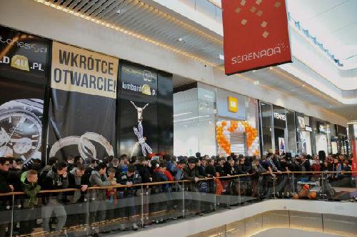 """3月24日,小米在波兰第一家授权经销实体店""""小米之家""""当天在波兰西南部城市克拉科夫开门营业,吸引数以百计""""米粉""""到场购物。(新华社)"""