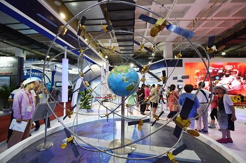 资料图:2017年6月9日,参观者在第二十届中国北京国际科技产业博览会上参观展出的北斗卫星导航系统模型。 新华社记者 鞠焕宗 摄