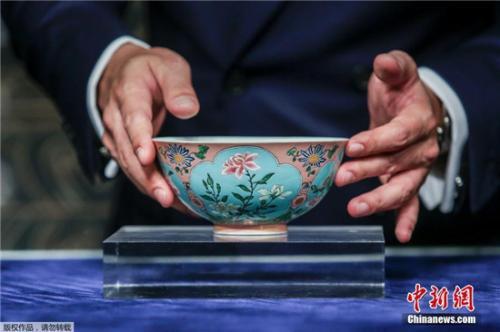 清康熙御制粉红地珐琅彩开光花卉碗在进行拍卖。