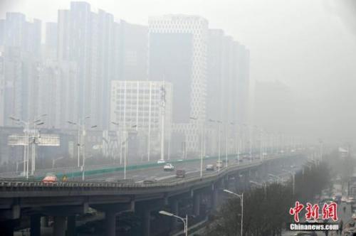 资料图:河北石家庄雾霾天气。中新社记者 翟羽佳 摄
