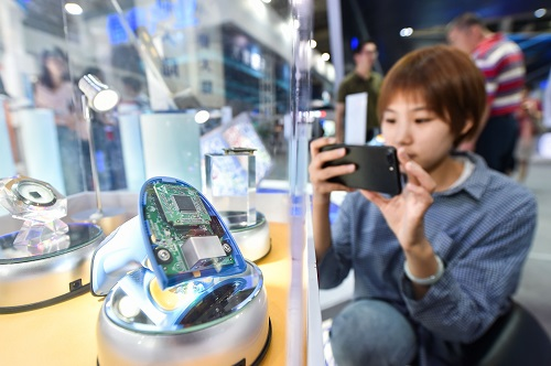 2018年4月23日,在首届数字中国建设成果展览会上,观众在拍摄数字公民安全解码芯片。 新华社记者宋为伟摄
