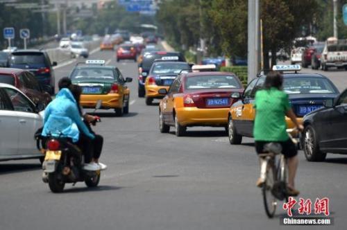资料图:市民打车需求旺盛。中新网记者 金硕 摄