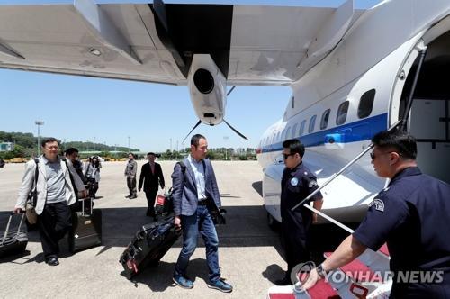 5月23日下午,在位于京畿道城南市的首尔机场,采访丰溪里核试验场废弃仪式的韩国记者团搭乘韩国政府运输机前往朝鲜江原道元山。(图片来源:韩联社)