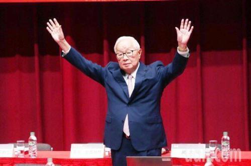 台积电股东常会5日完成董事全面改选,董事长张忠谋最后一次主持台积电股东会,将正式退休。图片来源:台湾联合新闻网。